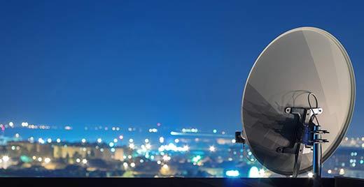 спутниковая антенна над городом